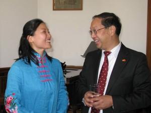 龚丽妮与中国驻德国大使史明德愉快交谈